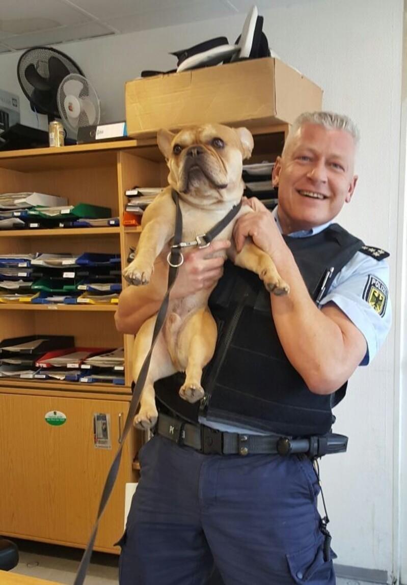Henry mit Dienstgruppenleiter Andreas Bernowsky, © Henry mit Dienstgruppenleiter Andreas Bernowsky - Foto: Bundespolizei