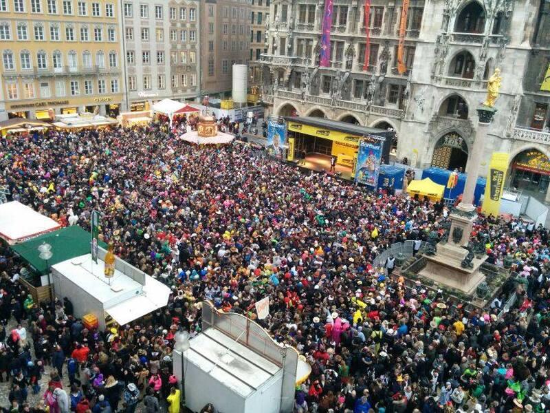 Viele Menschen feiern den Fasching am Marienplatz