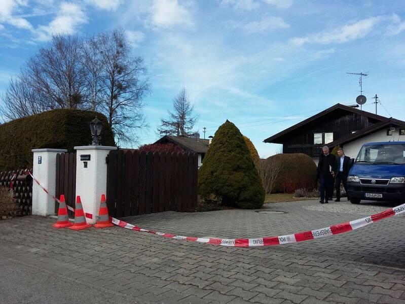 mord haus in königsdorf absperrband mit blauem auto vor dem haus und hohen hecken, © Doppelmord in Königsdorf