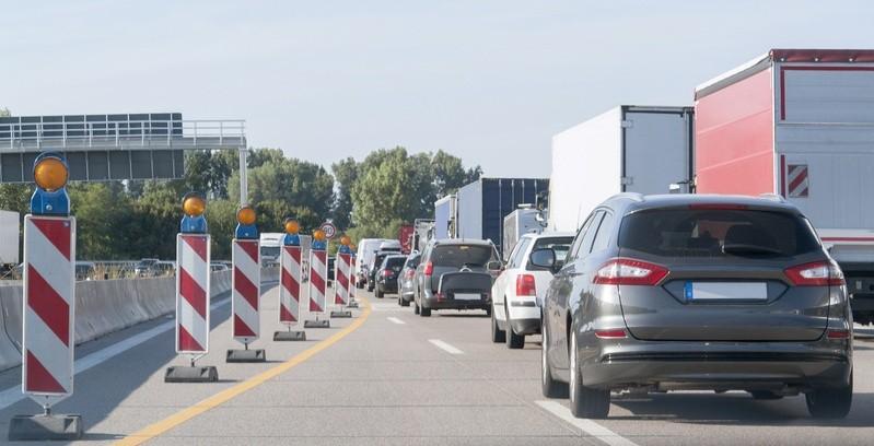 Autos in der Baustelle, © In der Realität zeigt sich, dass auch ohne Tempolimit auf den meisten Autobahnen kein grenzenloser Bleifuß mehr möglich ist. fotolia.com © PRILL Mediendesign