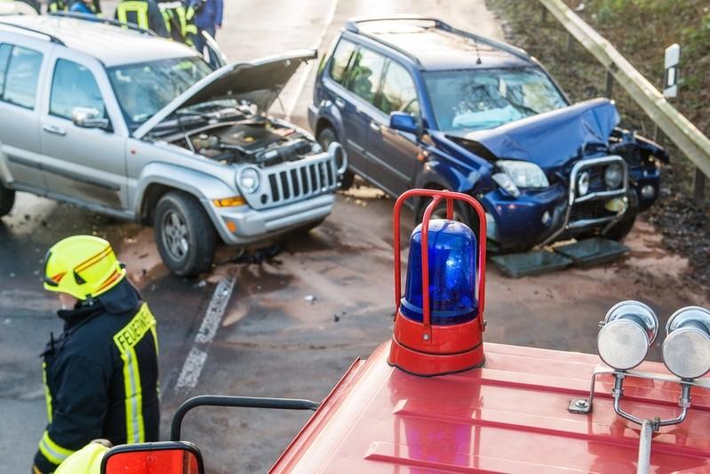 Autounfall mit Feuerwehrmann, © Für eine so dichtbesiedelte Nation mit so vielen Autos sind hierzulande die Unfallzahlen, insbesondere mit Verletzten, sehr niedrig. fotolia.com © benjaminnolte