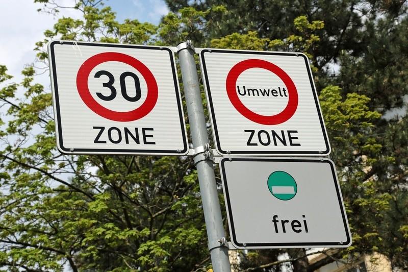 Schilder mit Tempo 30 und Umweltzone, ©  Viele autobezogene Umweltschutzmaßnahmen sind polit-strategische Schnellschüsse. So wirksam wie erdacht sind tatsächlich nur die wenigsten.fotolia.com © Klaus Eppele