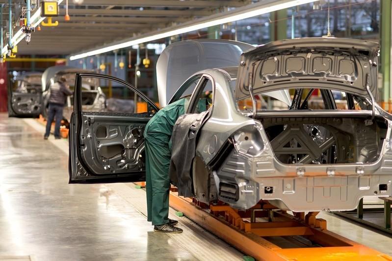 Produktionsstraße für Autos, © Karrosserieversteifungen und Komfort-Ausstattungen machen Autos alljährlich etwas schwerer - der Hauptgrund für gestiegene Durchschnitts-Motorleistungen.fotolia.com © dizfoto1973