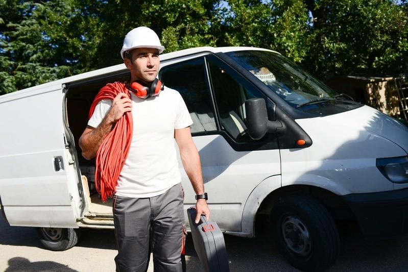 Handwerker vor offenem VW-Bus, ©  Führerscheinentzug ist mitnichten nur für Berufskraftfahrer wie etwa Paketboten existenzbedrohend, sondern für jeden, der beruflich aufs Auto angewiesen ist.fotolia.com © ACP prod