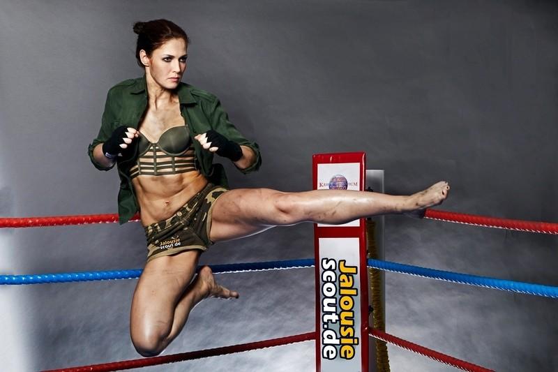 Kickbox-Weltmeisterin Marie Lang beim Sprungkick, © Marie Lang beim Sprungkick/Quelle: Michael Wilfling