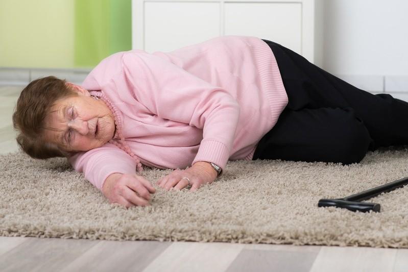 Alte Frau nach Sturz bewußtlos auf dem Boden, © Infarkte können so plötzlich kommen, dass keine Zeit mehr bleibt, um Hilfe zu rufen - dann alarmiert die Vitaldatenüberwachung autonom.fotolia.com ©  Picture-Factory