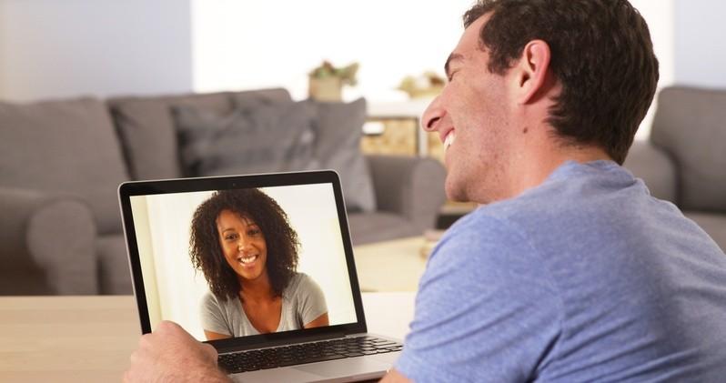 Mann beim Skypen mit seiner Freundin, © Für Fernbeziehungen ist Skype ein echter Segen, denn Bild UND Ton machen die Trennung wesentlich leichter als bloße Telefongespräche.fotolia.com ©  rocketclips