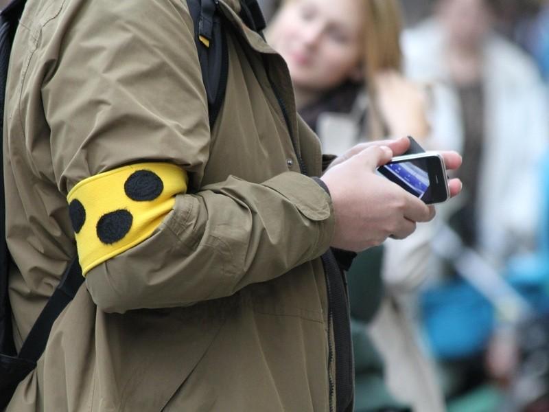 Mann mit Blinden-Armbinde mit Smart-Phone in der Hand, © Bislang waren Smart-Geräte für Blinde wegen der mangelnden Haptik kaum bedienbar - auch das könnte die OrCam-Brille ändern. fotolia.com ©  Peterchen
