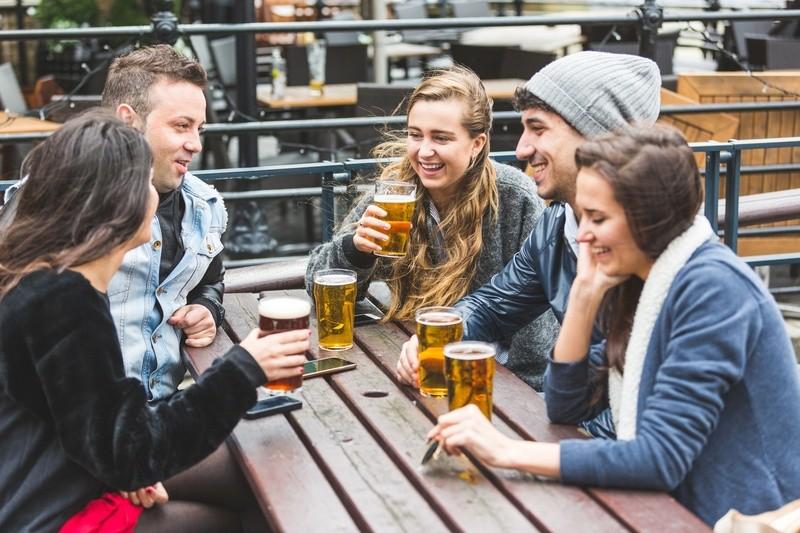 Freunde im Biergarten, © Geselliges Beisammensein, Feiern, Spaß – das steht für viele, besonders junge, Touristen im Vordergrund.