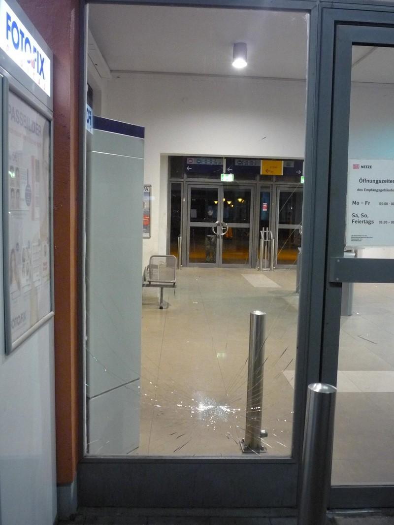 gesplitterte Scheibe am Bahnhof Freising, © Foto: Bundespolizei
