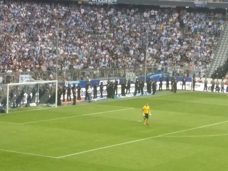 Polizisten müssen Fans in der Nordkurve in der Allianz Arena zurückhalten