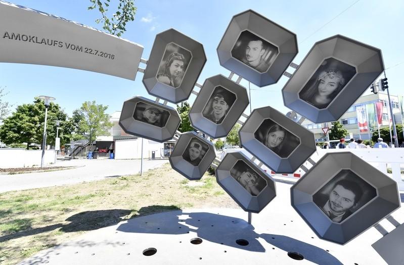 """Das Denkmal """"Für Euch"""" am Olympia-Einkaufszentrum erinnert an die Opfer des Amoklaufs 2016., © Das Denkmal """"Für Euch"""" am OEZ. Foto: Kulturreferat der Stadt München"""