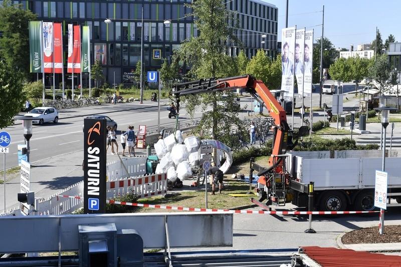 """Das Denkmal """"Für Euch"""" am Olympia-Einkaufszentrum erinnert an die Opfer des Amoklaufs 2016., © Der Aufbau des Denkmals """"Für Euch"""" am OEZ. Foto: Kulturreferat der Stadt München"""