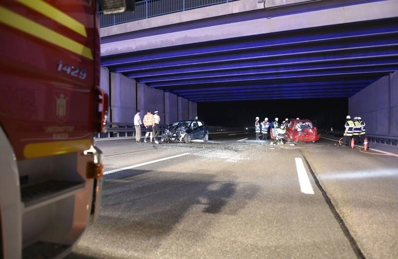 Unfallstelle unter Tunnel mit Feuerwehrwagen und Einsatzkräften, © Feuerwehr München