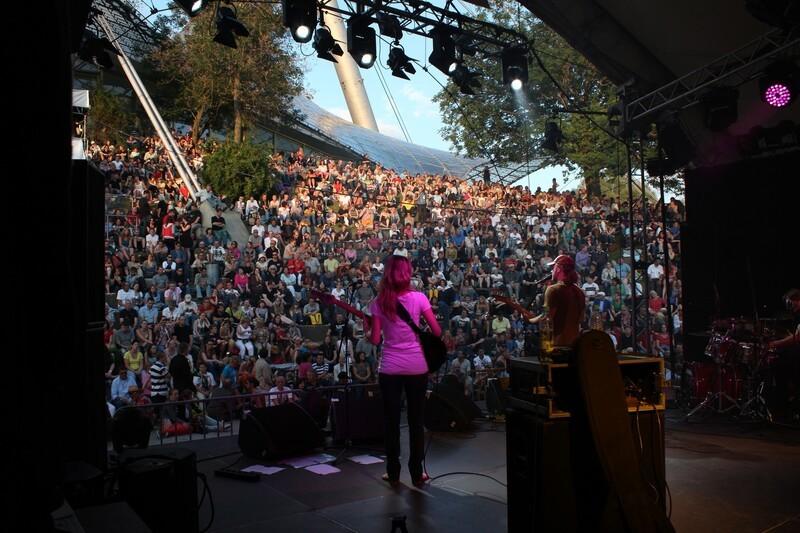 theatronbühne Sängerin von hinten mit Blick auf Publikum dämmrig