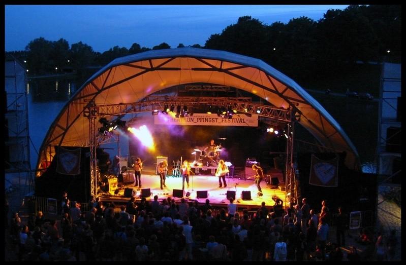 Theatronbühne am Olympiasee bei Nacht