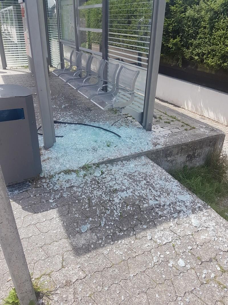 Das zerstörte Wartehäuschen an der S-Bahnhaltestelle Neugilching., © Das zerstörte Wartehäuschen an der S-Bahnhaltestelle Neugilching. Foto: Bundespolizei