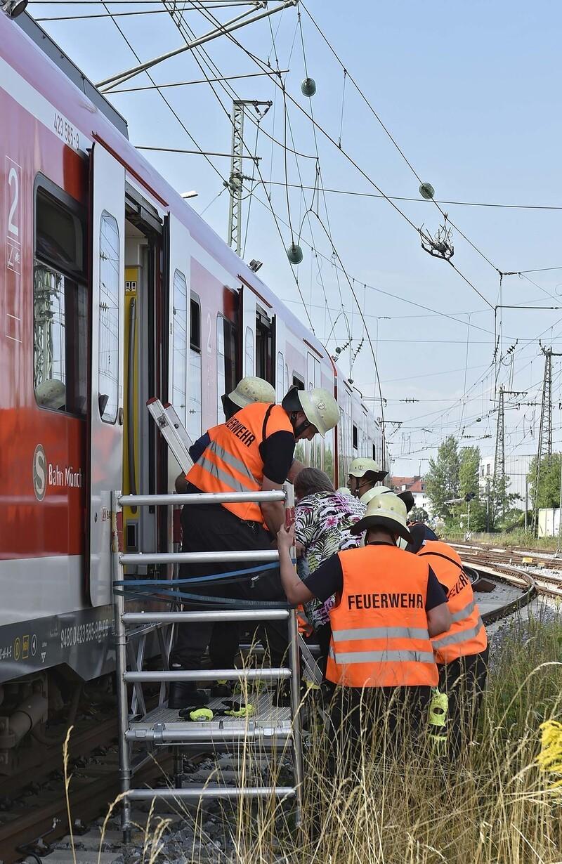 Die Feuerwehr musste rund 200 Reisende aus einer S-Bahn befreien., © Die Feuerwehr musste rund 200 Reisende aus einer S-Bahn befreien. Foto: Berufsfeuerwehr München