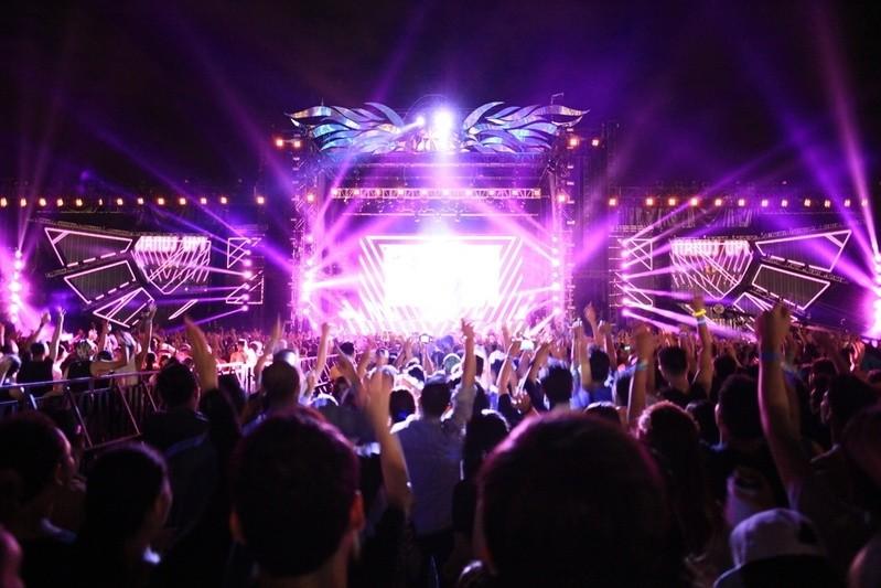 Feiern bei Musik, © Anlässlich des Geburtstages des Müncher Flughafens fällt das Showprogramm sehr umfangreich aus. Bildquelle: Devo Satria Ichwaldi – 370795448 / Shutterstock.com