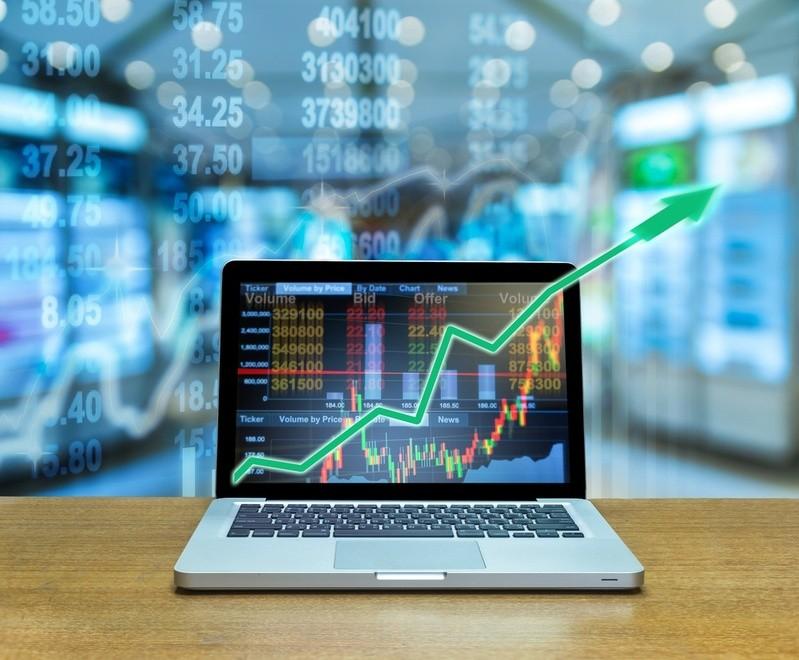 Laptop mit Trading-Software und aufsteigendem Graphen, © Registrieren, einloggen, handeln – Online-Broker machen es möglich, innerhalb von Sekunden zum Trader zu werden. Bildquelle: TZIDO SUN – 534102964 / Shutterstock.com