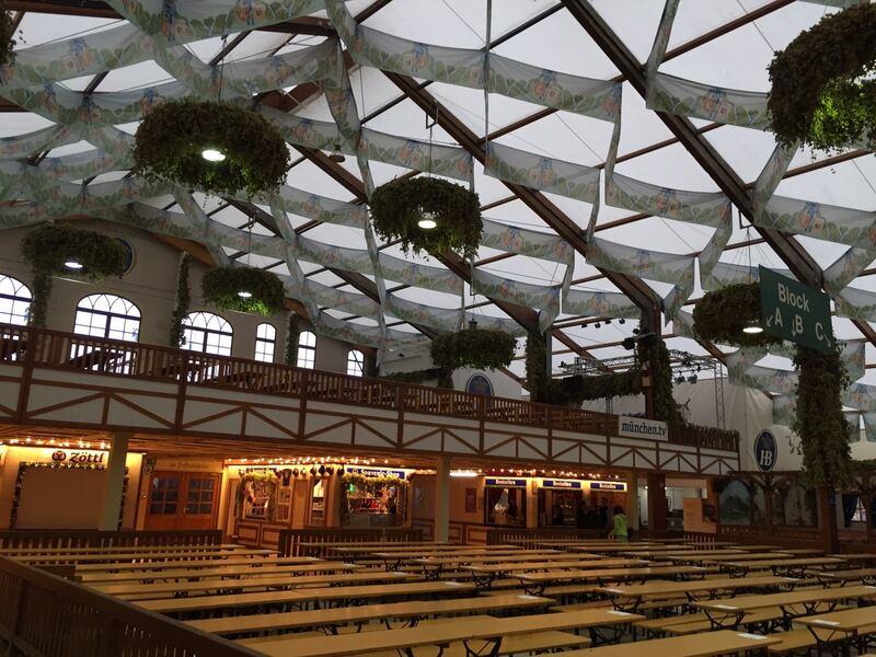 8:00 Uhr auf der Wiesn: Noch ist das Hofbräu auf dem Oktoberfest 2017 leer