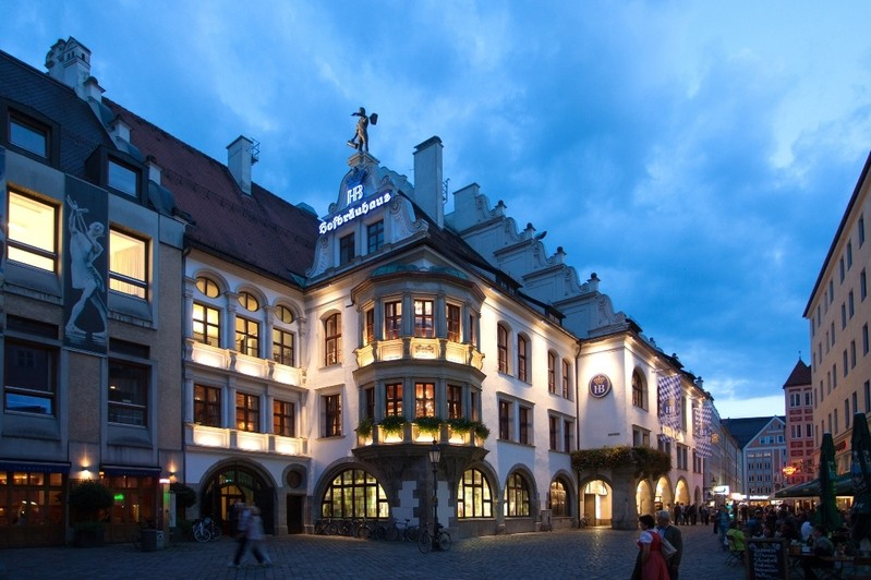 münchner hofbräuhaus am platzl bei nacht mit beleuchteten Fenstern und hofbräuhauslogo, © Foto: Hofbräuhaus München