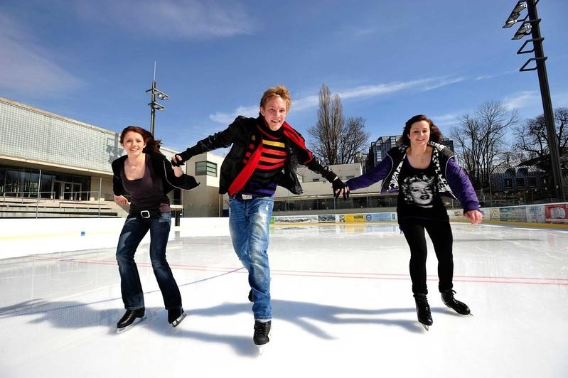 Eislaufende Jugendliche, Prinzregentenstadion, © Quelle: SWM
