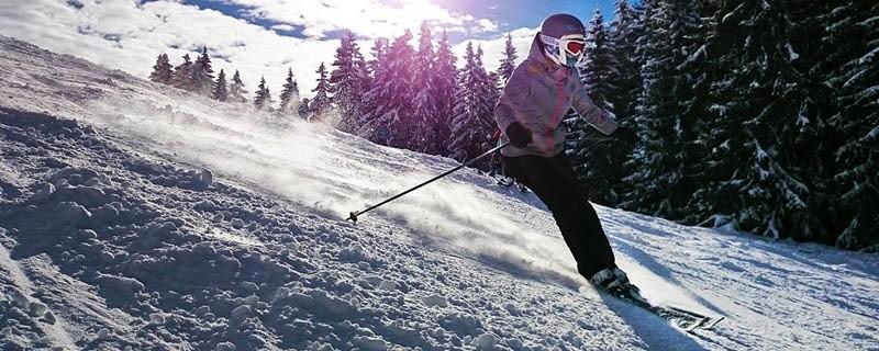 Skifahrer auf der Piste im Schnee