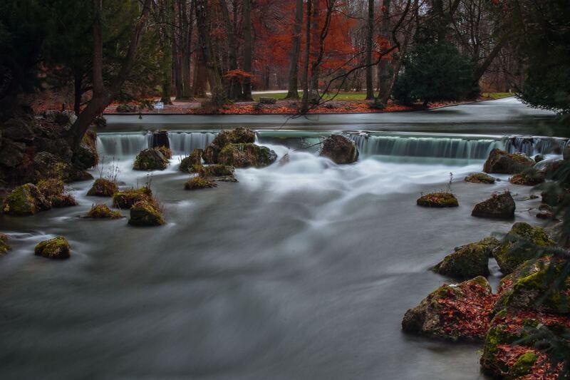 © München bietet neben zahlreichen Shoppingangeboten, auch Orte zum Entspannen. Bestens geeignet ist dafür ein Spaziergang durch den Englischen Garten und in den Sommermonaten ist ein kühles Bad im Eisbach zu empfehlen. Bild: unsplash.com // Lachlan Gowen // https://unsplash.com/photos/MVa-JxwzQlQ