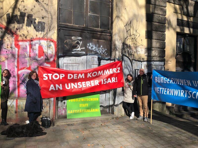 Das Maxwerk in München: Wird es eine Wirtschaft mit Biergarten? Ortsbegehung und Demo der Biergarten-Gegner.