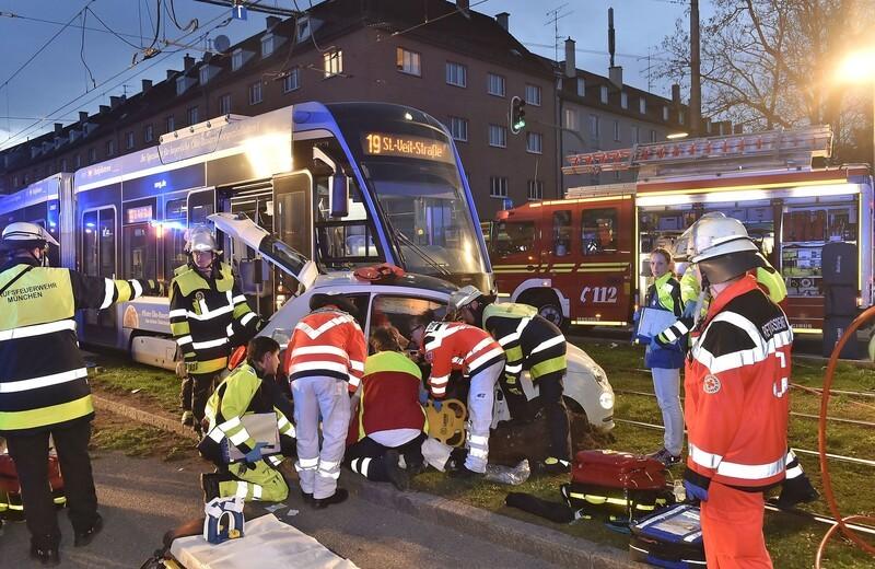 Agnes-Bernauer-Straße: Unfall Fiat und Tram, © Foto: Berufsfeuerwehr München