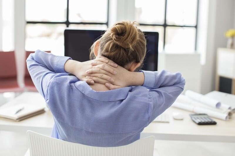 © Viel Sitzen, wenig Bewegung: Büroarbeit wird gerade durch den Mangel an körperlicher Aktivität zu einer gesundheitlichen Belastung. fotolia.com © sebra
