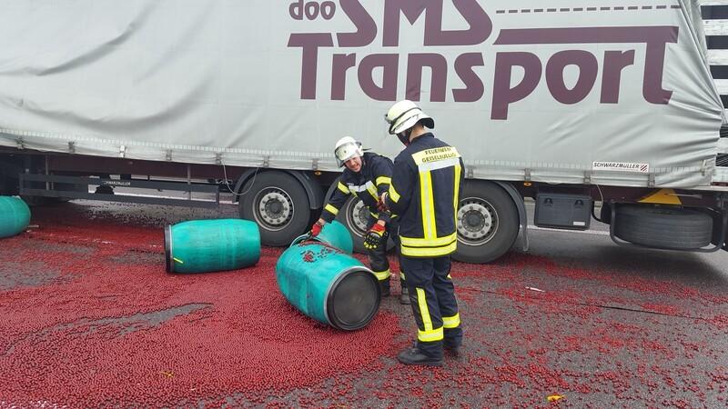Die Autobahn voller Kirschen, © Foto: Freiwillige Feuerwehr Geiselbullach