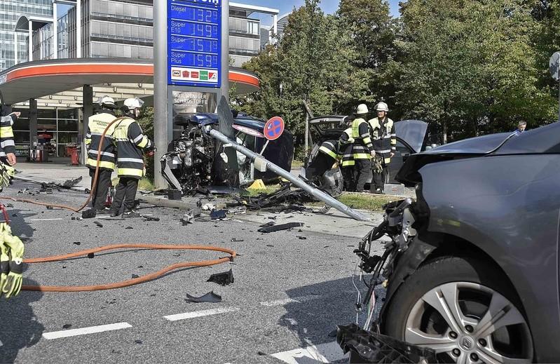 Schwerer Verkehrsunfall am Georg-Brauchle-Ring in München Moosach., © Foto der Berufsfeuerwehr München