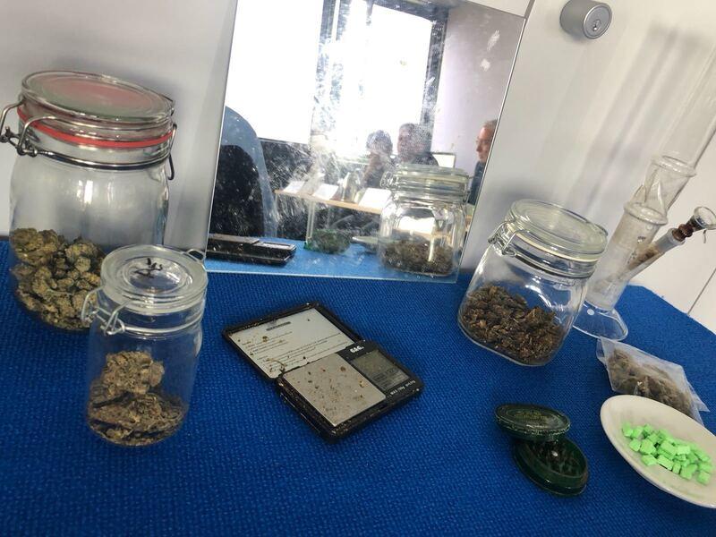 Die sichergestellten Waffen und Drogen, nach den Ermittlungen im Darknet.
