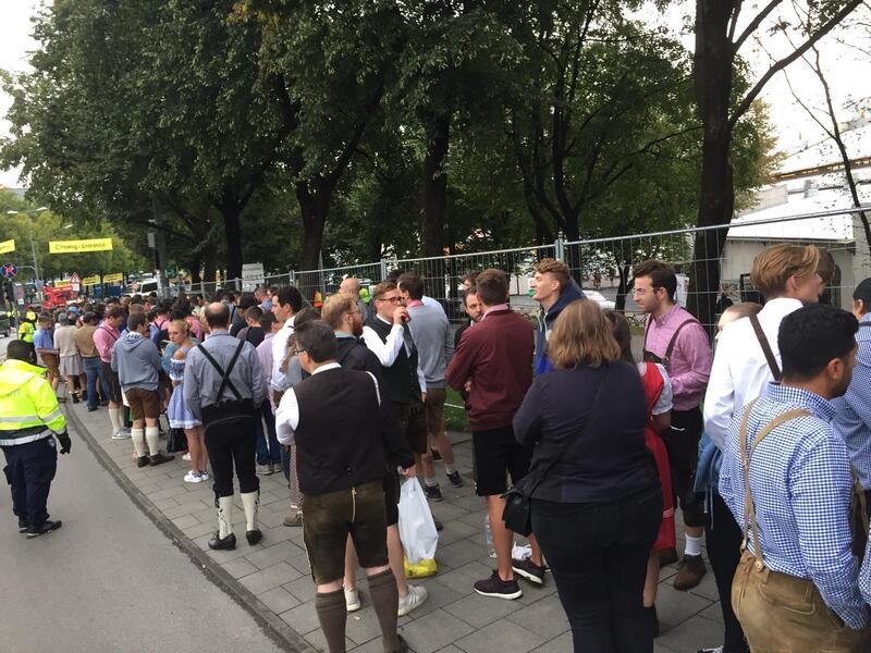 wartende Menschenmenge vor der Theresienwise in München