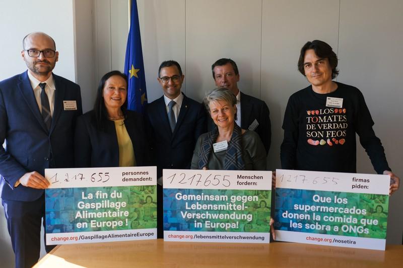 Übergabe Petition gegen Lebensmittelverschwendung, © Change.org/Sebastian Schütz