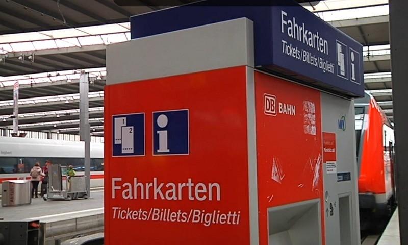 Ein Fahrkartenautomat der Deutschen Bahn an einem Bahnhof in München
