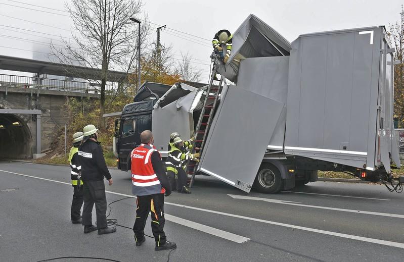 Ein Feuerwehrauto steht neben einem kaputten LKW, der in einer Unterführung feststeckt, © Berufsfeuerwehr München