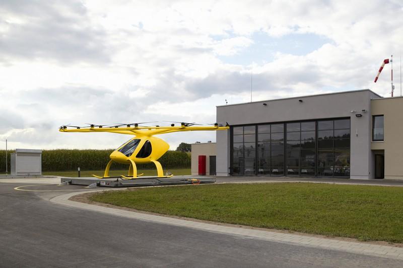 Volocopter, © Ähnlich wie in diesem Bild wird der Volocopter aussehen, der im Rettungsdienst zum Einsatz kommen soll. (Fotomontage: ADAC Luftrettung / Volocopter)