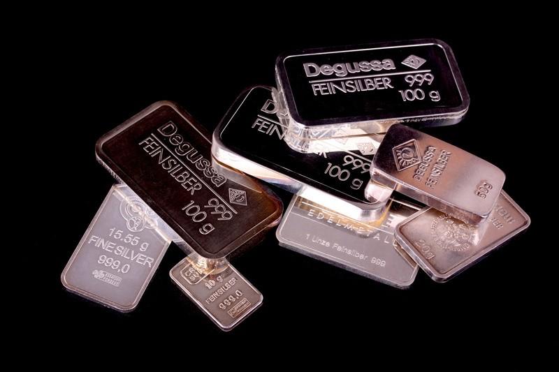 Degussa Silberbarren, © Wer nur kleinere Summen sparen will, sollte sich auf Silber fokussieren. Bei Gold zahlt man schon für ein Gramm fast 40 Euro. fotolia.com © Florian Hiltmair
