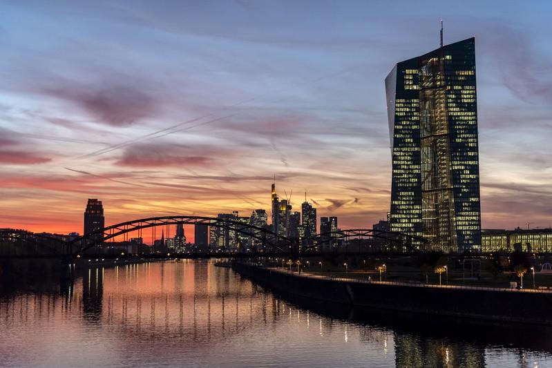 EZB, Frankfurt am Main, © Experten sind sich einig, dass die Sonne über der bisherigen EZB-Leitzinspolitik untergeht. Bald könnten die klassischen Methoden sich also wieder rentieren.  fotolia.com © helmutvogler
