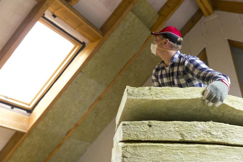 """Haus, Dachgeschoss, Bauarbeiter, © Ein älteres, ländliches """"Dornröschenhaus"""" zu kaufen, es zu sanieren und danach zu veräußern, ist angesichts der Wohnraumsituation fast eine Gewinngarantie. fotolia.com © artursfoto"""