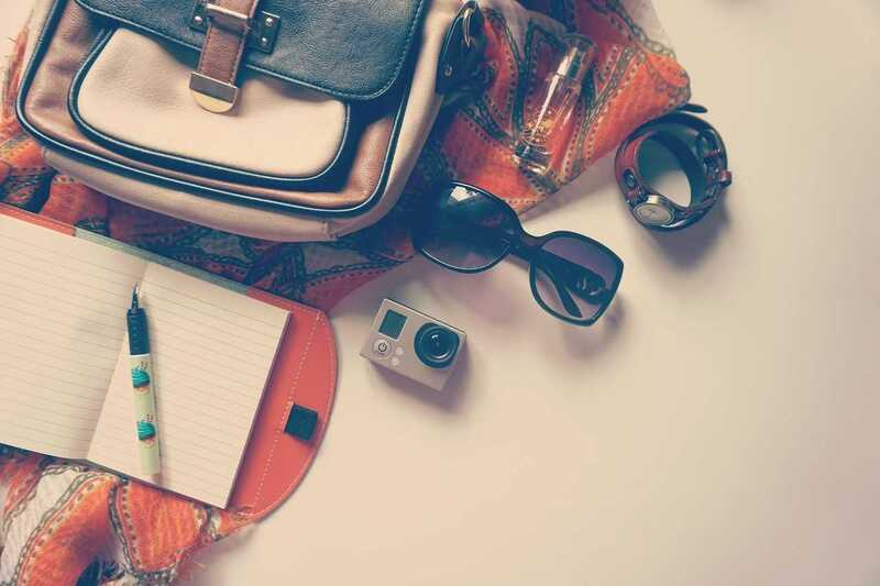 Rucksack, Sonnebrille, © Wer keine Ambitionen hat, die Feiertage zuhause zu verbringen, könnte einen Kurztrip wagen. Dieser wird jedoch nur entspannt möglich sein, wenn diese Tipps im Vorfeld bedacht werden. pixabay.com © freephotocc (CC0 Public Domain)