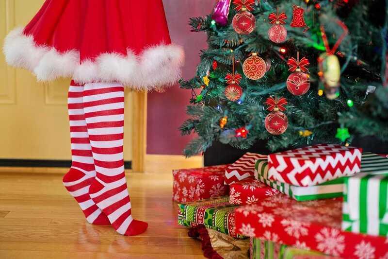 Weihnachtsbaum, © Wer dem Weihnachtstrubel entflieht, darf dennoch nicht vergessen, dass sich die Daheimgebliebenen über Präsente unterm Baum freuen. pixabay.com © jill111 (CC0 Public Domain)