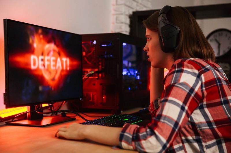 Gaming , © Gamern beim Spielen zuschauen und dabei interaktiv am Geschehen teilhaben – für viele junge Leute spannender, als vor dem TV zu sitzen und irgendeine Sendung zu schauen, die vielleicht gar nicht ihrer Zielgruppe entspricht. fotolia.de © Drobot Dean (#239484314)