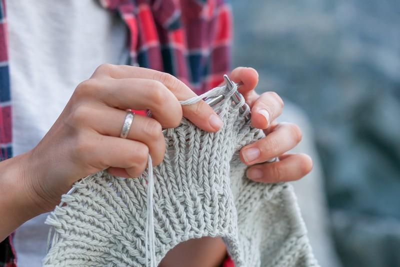 © Stricken und Häkeln sind kein Hexenwerk. Mit etwas Geschick lassen sich kleine Geschenke selbst anfertigen. © Виталий Сова #167197505 fotolia.com