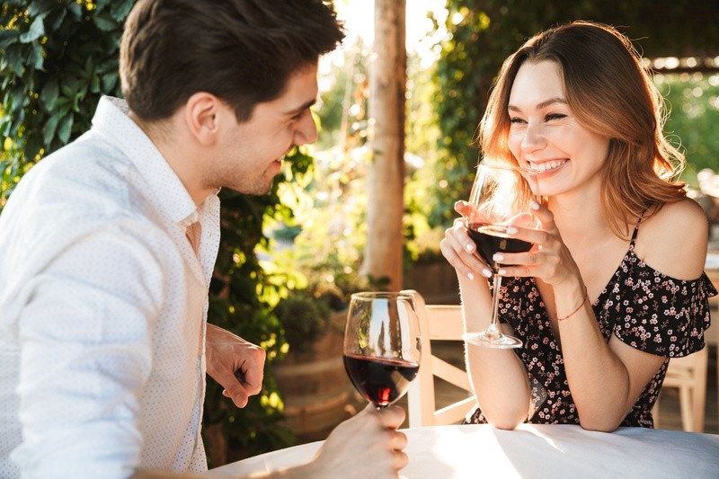 Paar mit Wein am Tisch, ©  Drobot Dean  #216636610  fotolia.com