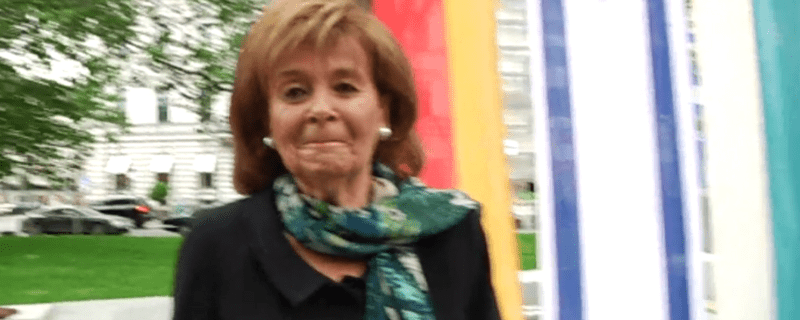 Charlotte Knobloch vor einer deutschen und einer israelischen Fahne