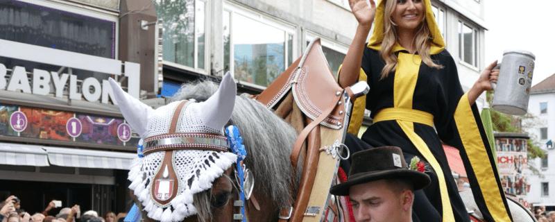 Das Münchner Kindl beim Einzug der Wiesn-Wirte